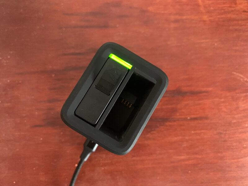 バッテリーチャージャーに差し込んだGoProのバッテリー