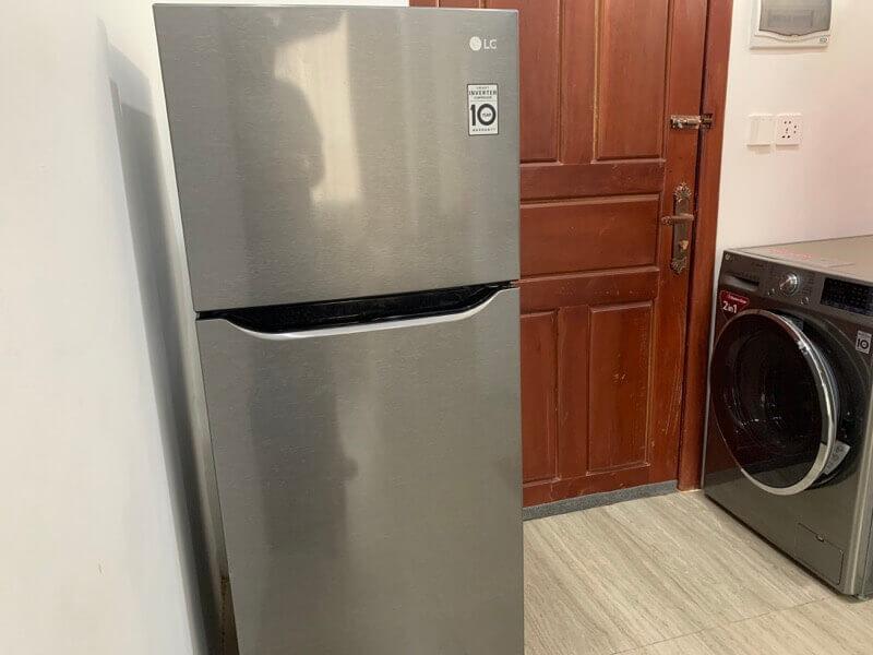 冷蔵庫の近くの洗濯機