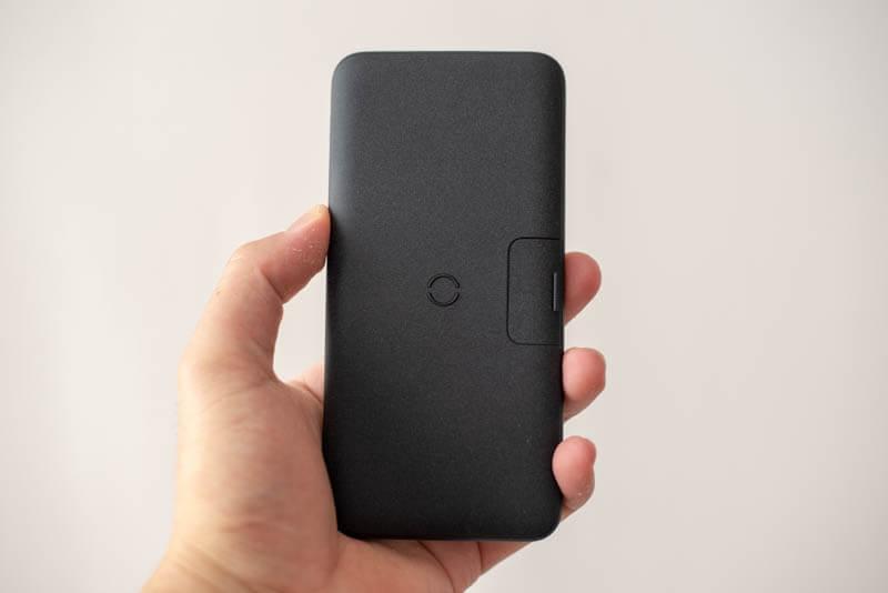 UNIQのモバイルバッテリーのサイズ感