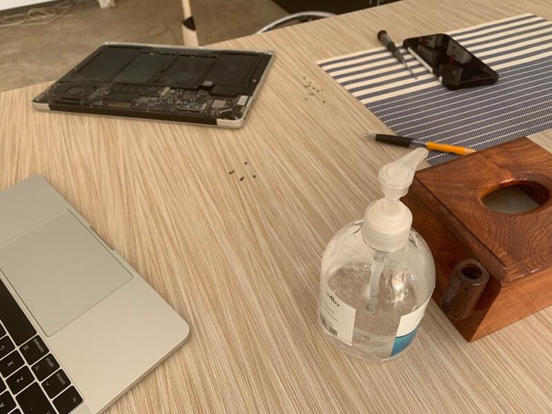 裏蓋を外したMacBook