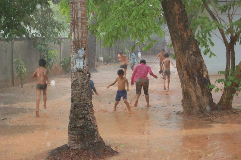 雨の中遊ぶシェムリアップの人たちの様子