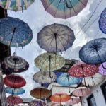 カンボジアの空と傘の画像