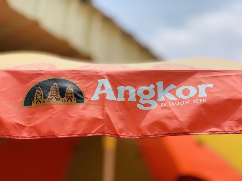 カンボジアの空とビールの様子です