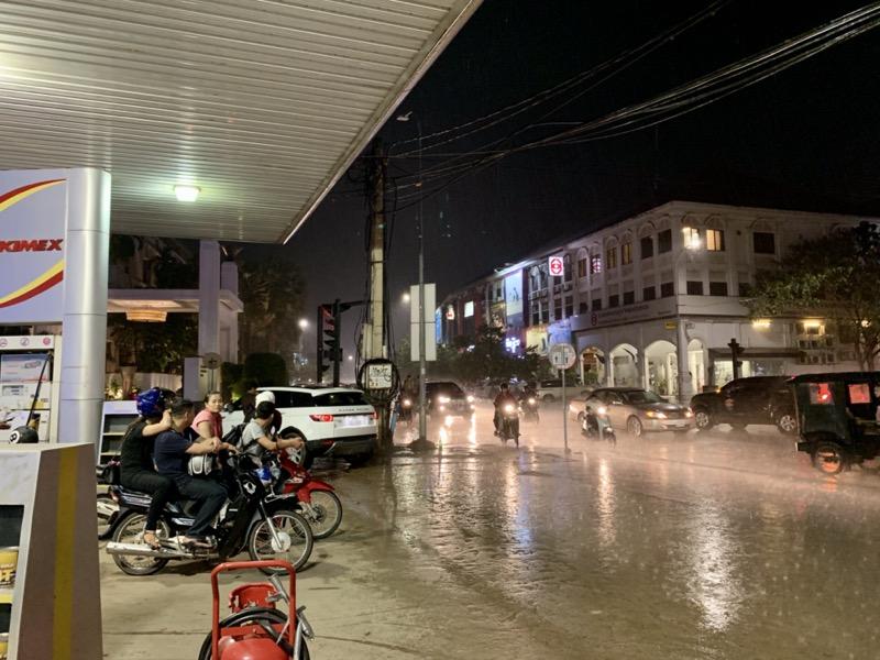 雨宿り中のカンボジアの人々