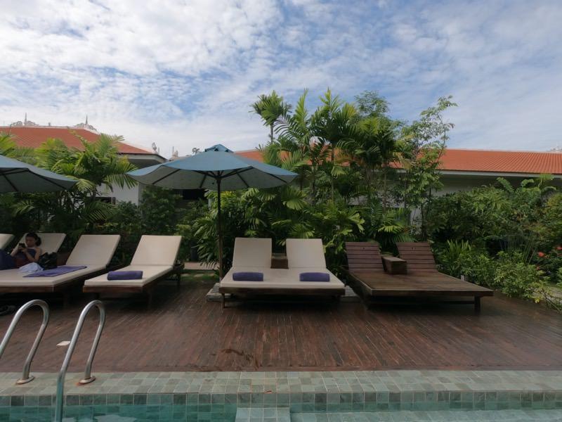 Sabara Angkor Resort & Spaのプールサイドのリクライニングチェア