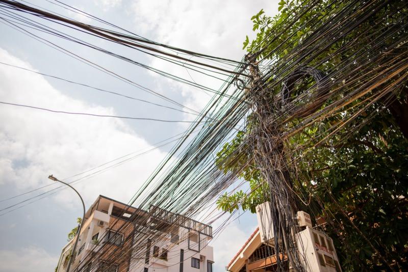 カンボジアの電線
