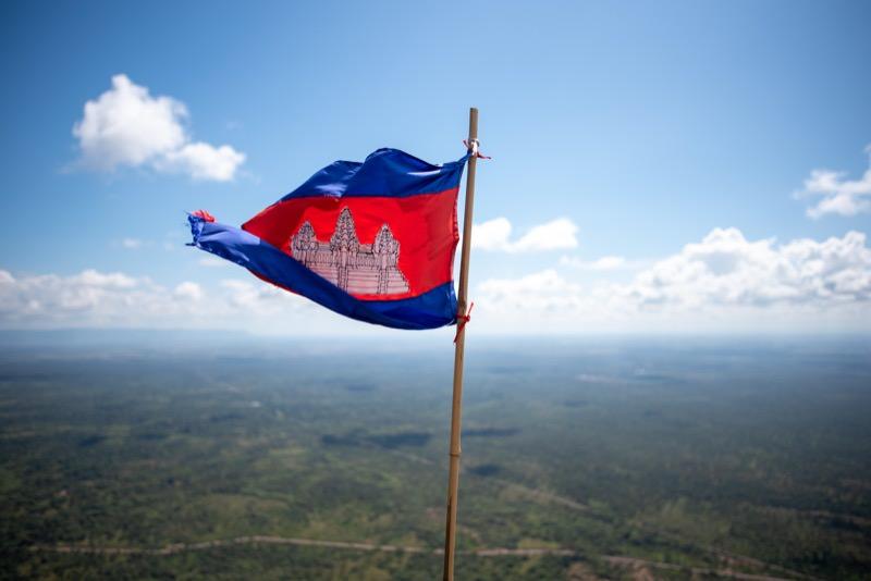絶壁とカンボジアの国旗