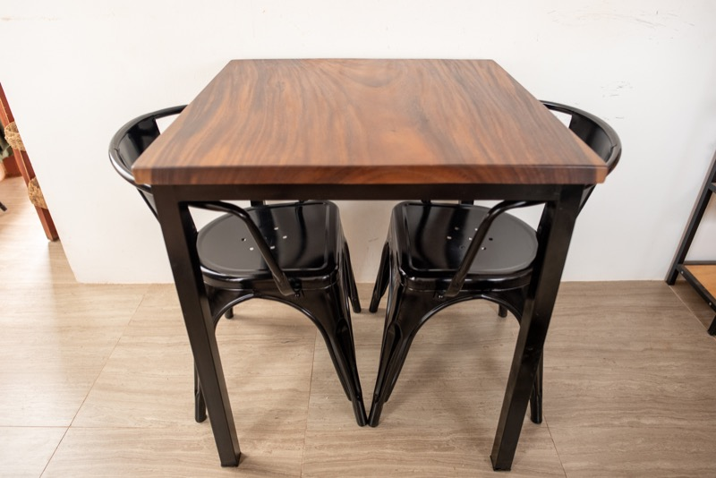 ウォールナット風のダイニングテーブル