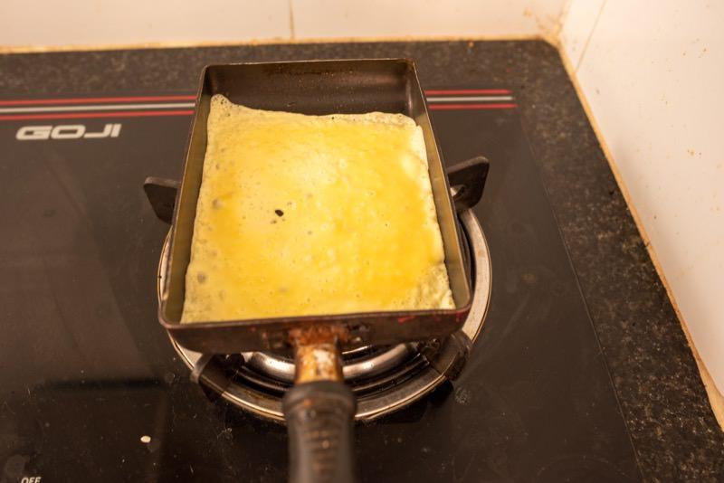 卵を流し入れたフライパン