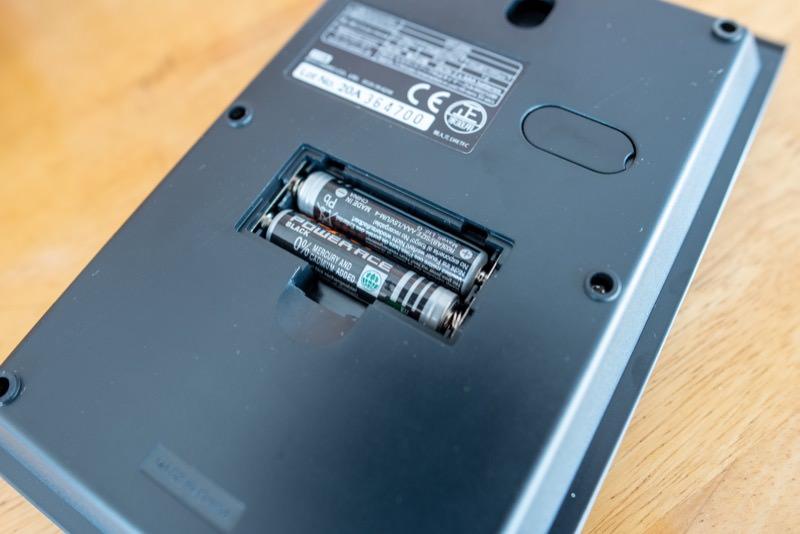 ドリップスケールに電池を入れた様子