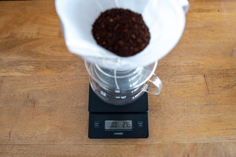 コーヒー豆の軽量をしているドリップスケール
